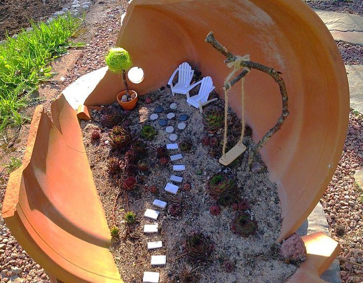 Viime keväänä isoon särkyneeseen saviruukkuun tekemäni mehikasvipenkki sai nyt muuttua keijujen omaksi puutarhaksi. Uskoakseni puutarhakeijut ovat aika pieniä, ehkä noin viisisenttisiä. Varmaa tiet…