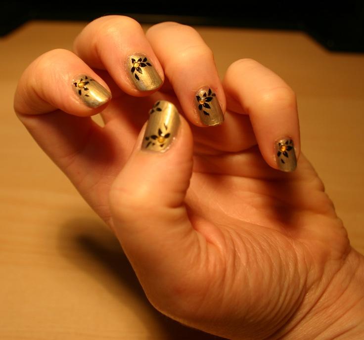 Vernis or, avec étampe noire et pierres jaunes décoratives.