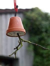 Langsam wird es ganz schön kühl draußen. Mit dieser hübschen Futterglocke kannst du hungrigen Vögeln einen Gefallen tun, und gleichzeitig schöne Deko für ...