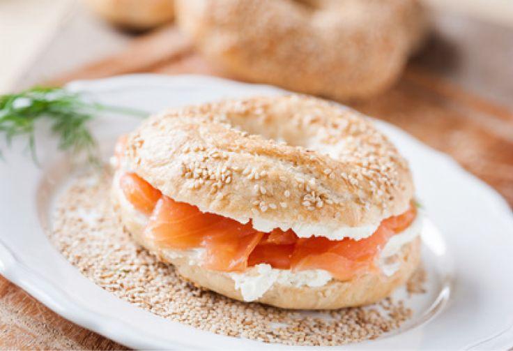Bagel #Salmón. Ingredientes: 1 bagel, queso de untar, mostaza, salmón ahumado #receta #cena #saludable