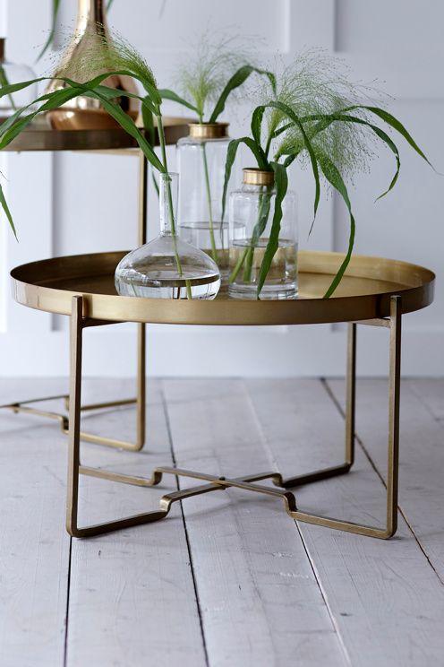 Soffbord med avtagbar bricka. Hopfällbart stativ. Av metall. Ø 57 cm. Höjd 31 cm. <br><br>