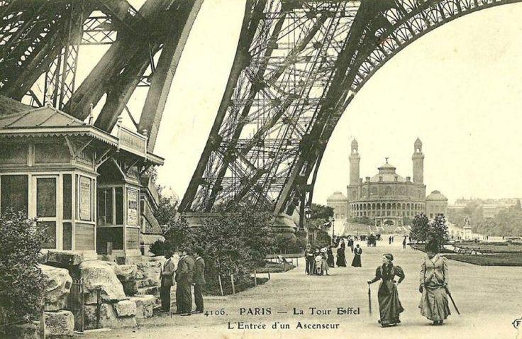 L'entrée d'un ascenseur de la Tour Eiffel. À l'arrière, l'ancien Trocadéro vers 1900.