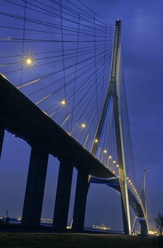 Pont de Normandie - CCI du Havre  Crédits photo : Eric Bienvenu  Mise en lumière : Yann Kersalé