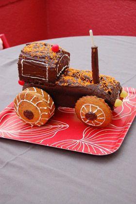 Baptiste adore les tracteurs... comme beaucoup de petits garçons de son âge. Pour ses 2 ans, hier, la forme du gâteau d'anniversaire était toute trouvée. Des gâteaux au chocolat, des vermicelles orange, des bonbons, un cayon pâtissier, du chocolat et...