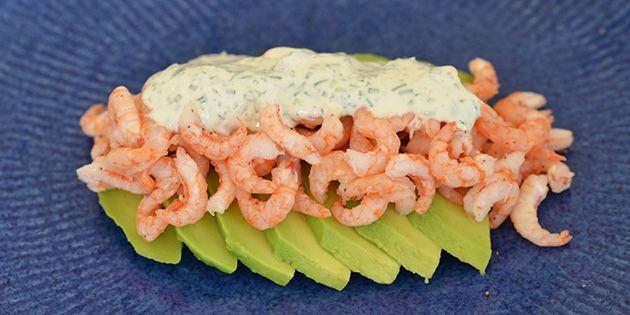 Lækker ret med bløde avocadoskiver, der toppes med skønne rejer og en suveræn creme fraiche dressing.