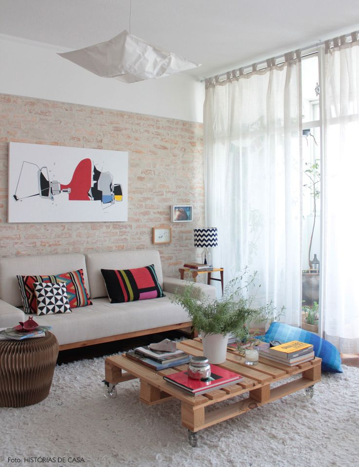 Reaproveitamento: um pallet pode virar uma mesa de centro super prática e econômica. Outras ideias em www.historiasdecasa.com.br