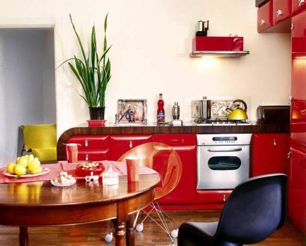 Kuchenne urządzenia i naczynia zostały starannie dobrane do stylu wnętrza. Tak jak meble mają obłe, aerodynamiczne kształty.