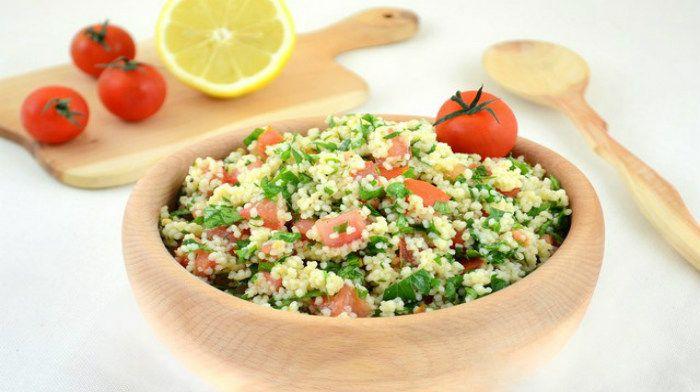 Салат «Табуле» – известный арабский холодный салат, основой которого является запаренный кускус или булгур, сочные спелые помидоры и ароматная петрушка. Заправляется такой салат оливковым маслом и соком лимона.
