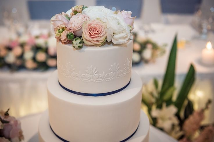 Romantic wedding cake topper #sydneyweddingflorist #floraldesign