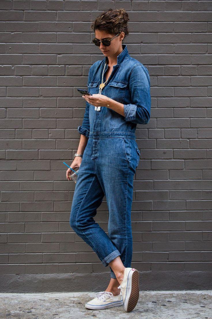 So simpel, stylisch und schön: Jeans-Overall mit Statement-Kette und Vans Authentic. New York macht's vor, wir machen es nur zu gerne nach!
