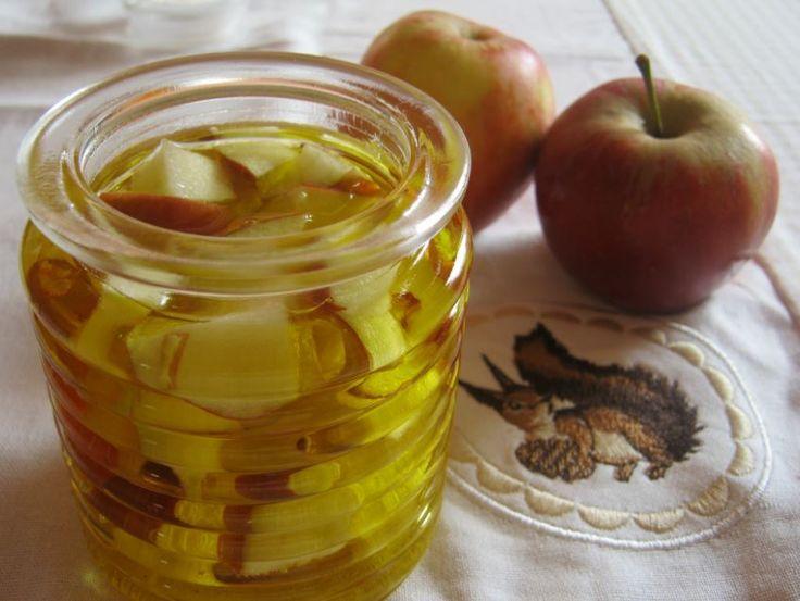 Maak appelolie met een verse appel en plantaardige olie. Heerlijk als bodyolie of badolie.