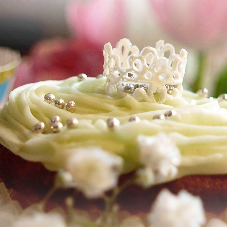 Koristepitsimuotti Olivialla tehdystä pitsimatosta leikkaat ja taittelet upeat kruunukoristeet muffinseihin