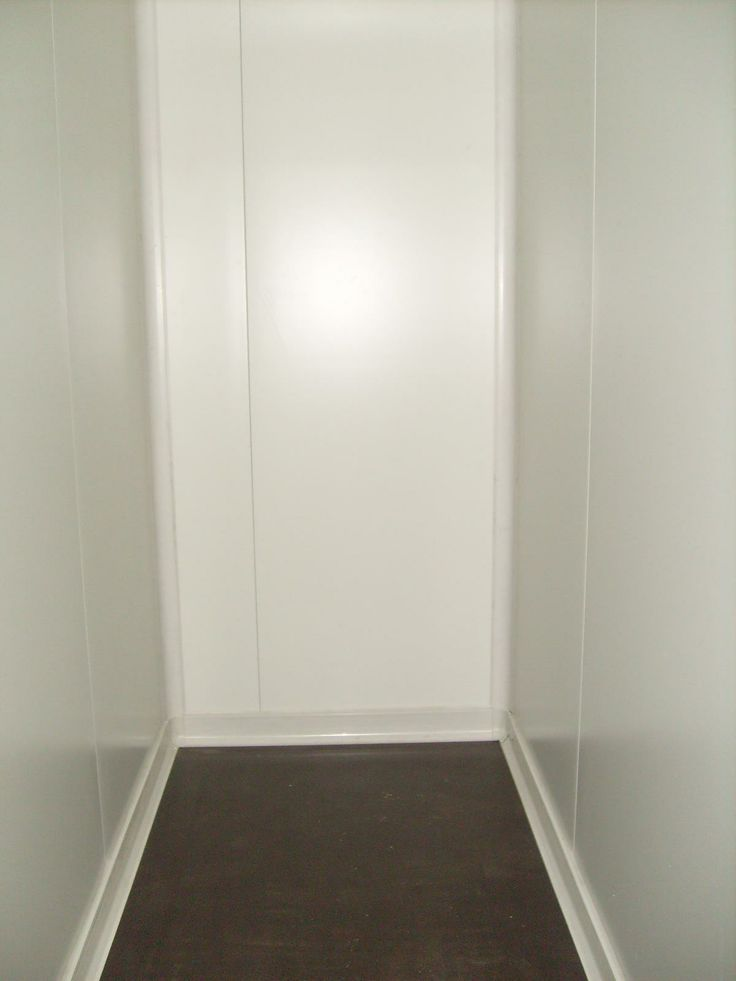 Εσωτερική λεπτομέρια ψυκτικού θαλάμου. Διακρίνεται η υγειονομική γωνία και το υγειονομικό σοβατεπί καθώς και το ειδικό πάτωμα. Κεντρική λήψης. -  Inner detail of a small cold room. You can see the hygiene profiles (Hygiene corner and hygiene plinth). Also the special wood floor. Central view.