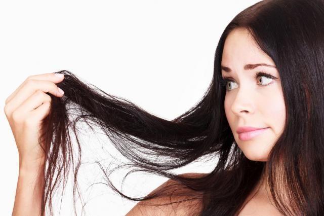 Jak pielęgnować suche włosy? Zobacz błędy, które mogą je zniszczyć #WŁOSY #PORADY #SUCHE #WŁOSY #PIELĘGNACJA #WŁOSÓW