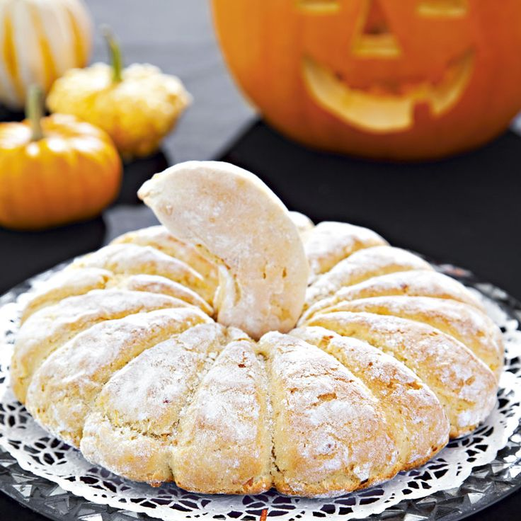 Pumpkin Bread - Swedish recipe.  Pumpabrödet passar bra att baka när man skurit ut helgens vackra lykta. Det gäller att ta vara på det goda i pumpan!