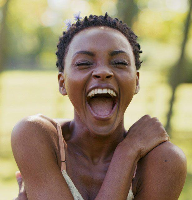 Rire aux éclats permet de mieux supporter la douleur