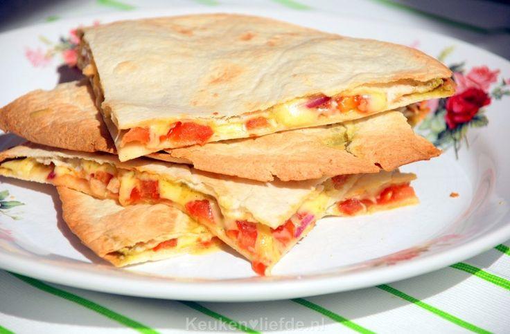 Ik ben dol op quesadilla's als makkelijk en snel te maken lunchgerecht. Dit keer vulde ik de zachte tortillawraps met pesto, kaas en tomaat.