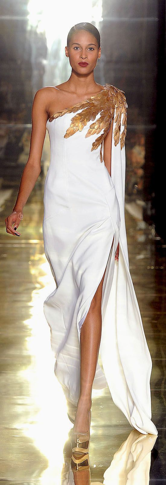 Ancient Greece influence modern day designers, creating a one shoulder garment like a himation and then adding a royal gold detailing: Georges Chakra, un rendez-vous magique