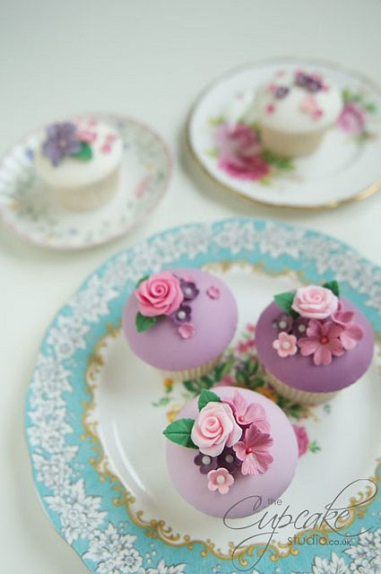 love these cupcakes!..to pretty to eat!