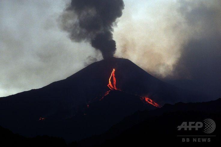 イタリア南部シチリア(Sicily)島のカターニア(Catania)近郊にあるエトナ山(Mount Etna)から流れ出る溶岩(2014年8月13日撮影)。(c)AFP/TIZIANA FABI ▼15Aug2014AFP|エトナ山が活発化、流れ出る溶岩 伊シチリア島 http://www.afpbb.com/articles/-/3023129 #Mount_Etna