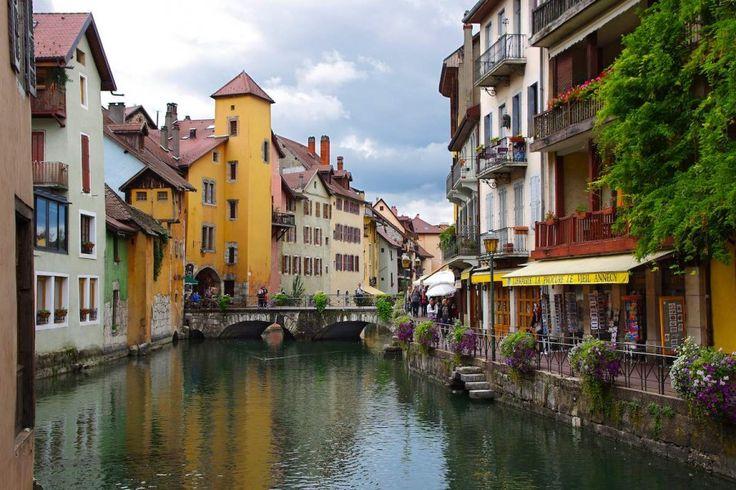 Annecy è una località tra le Alpi francesi che sembra essersi fermata nel tempo: balconi, tetti e affacciate ricordano in tutto e per tutto il Medioevo