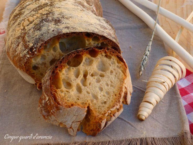 Il pane casalingo a lunghissima lievitazione è un pane soffice e alveolato, preparato con farina bianca e lievito madre.