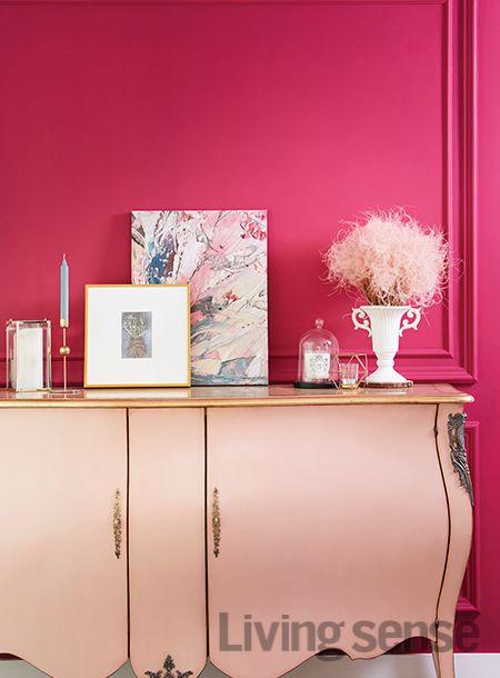 벤자민 무어 페인트 '집시 핑크'로 칠한 벽. 집의 첫인상을 결정하는 중요한 공간은 부부의 취향을 잘 보여줄 수 있는 가구와 소품들로 채웠다. 콘솔은 인뎀바움.