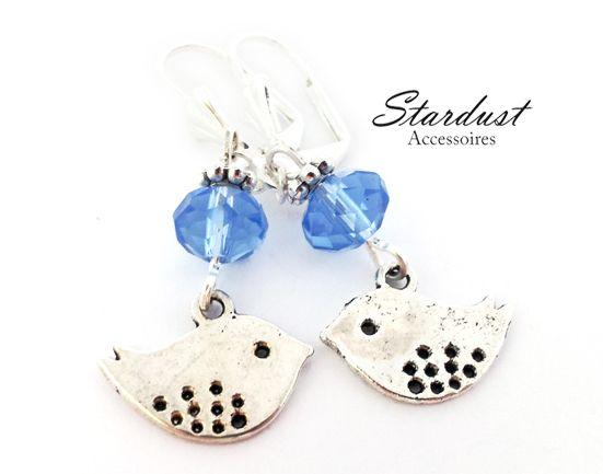 Wunderschöne Ohrringe mit niedlichen Vögeln und himmelblauen Glasperlen.