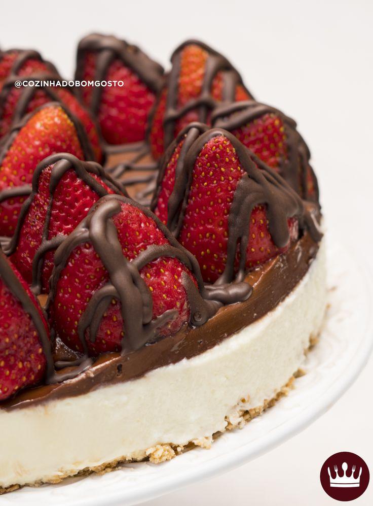 Nossa Torta Choconinho com Morango é perfeita pra quem quer uma sobremesa rapidinha e muito gostosa! Ela não vai ao forno e leva uma cobertura deliciosa de Nutella! Que tal fazer para servir depois da ceia de Natal?