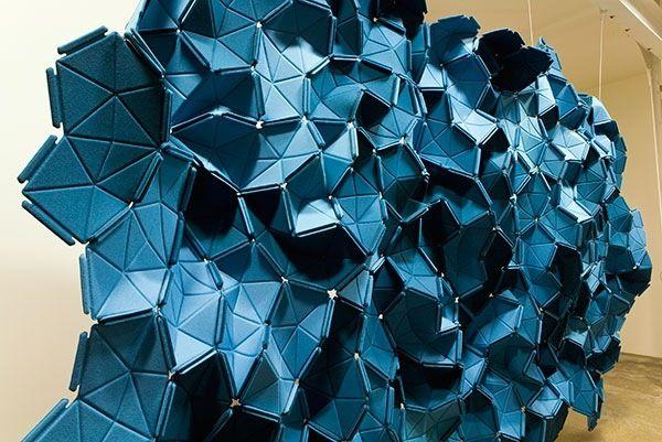 """""""Clouds"""" von Kvadrat ist eine sehr innovative, extrem praktische und absolut herrliche Decken-und Wanddekoration mit 3d Effekt. Sie ist dennoch nicht nur auffallend, sondern auch multifunktionell – diese Wandinstallation kann die Atmosphäre in jedem Raum verändern und die Raumakustik verbessern."""