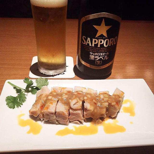 少しゆったり😊と #中華飲み したいとき立ち寄るお店。#蒸し鶏 #ごまソース #ピリ辛 洗練されてます😋😋🎵 #ひといき #chinesefood #棒々鶏 #sapporobeer #黒ラベル #瓶ビール党 #グランデュオ立川 #立ち寄り #立川 #tokyo #tachikawa #謝朋殿