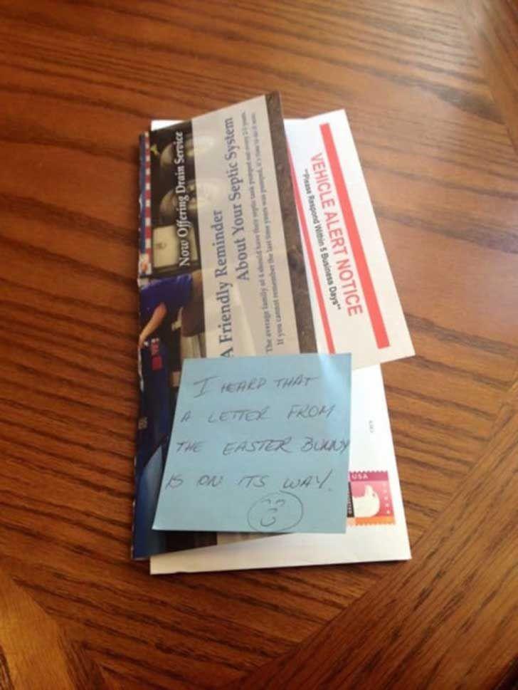 Madre filma a su hijo abriendo el buzón de correo. Cuando él saca esto ella no puede evitar llorar