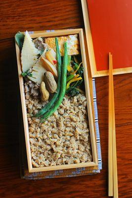 鯛そぼろご飯豚肉とたけのこの煮物名古屋コーチンの卵焼き小松菜と黄人参のおかか和え蓮根の黒酢きんぴら茹でいんげん塩茹で落花生今日は「 鯛そぼろご飯」が主役のお弁当。魚のそぼろは鯖で作るのが有名ですが、私は白身魚派~。鯛の他、しまあじやすずきで