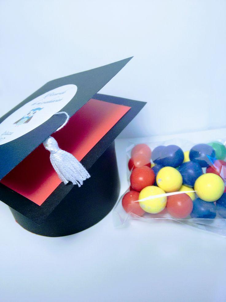 Birretes para graduación, cajas con chuches, Souvenirs de graduación, recuerdos para graduación, cajas personalizadas.