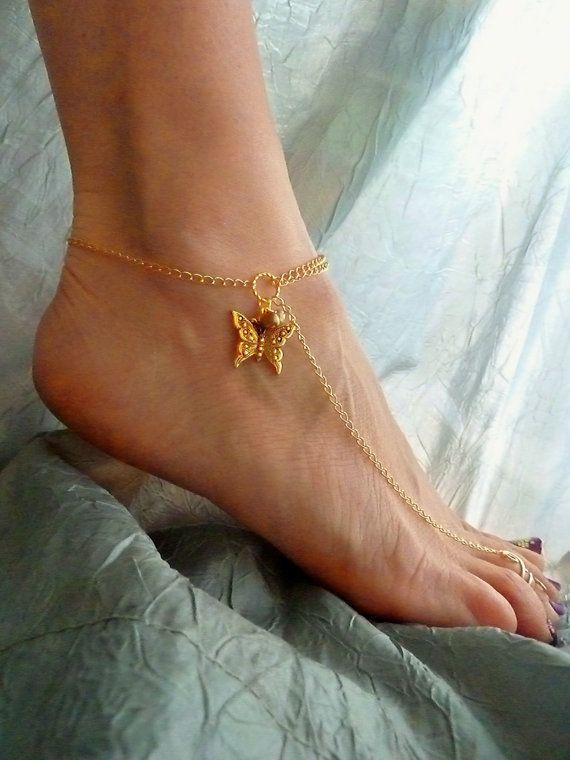 ¨¨¨ ° ºૐº ° ¨¨¨ ° ºૐº ° ¨¨¨ POR FAVOR LEA LA TOTALIDAD DEL LISTADO ~ Sin duda esto se crea perfectamente para usted!  ¨¨¨ ° ºૐº ° ¨¨¨ ° ºૐº ° ¨¨¨   Esta hermosa sandalia descalza (tobillera) se hizo con 14 k de oro lleno de cadena y un anillo de dedo del pie a mano completamente ajustable de la mano de 14 k de oro lleno de alambre. Los encantos son una hermosa mariposa plateada oro y perlas de agua dulce color oro. Puede también quitar la cadena y a usar el anillo del dedo del pie ;-)  La…