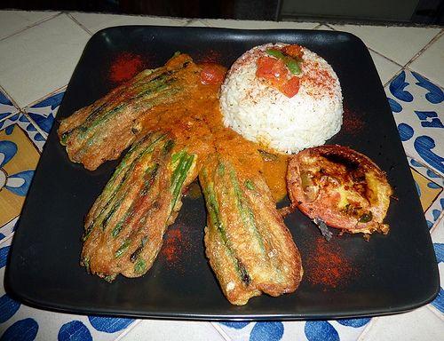 Cocina guatemalteca: Ejotes Envueltos en huevo servidos con salsa de tomate