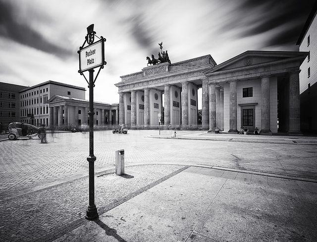 """Pariser Platz by wecand, via Flickr Issue de l'article """"7 ruses pour éviter les touristes sur vos photos"""" sur le site """"Apprendre la photo"""""""