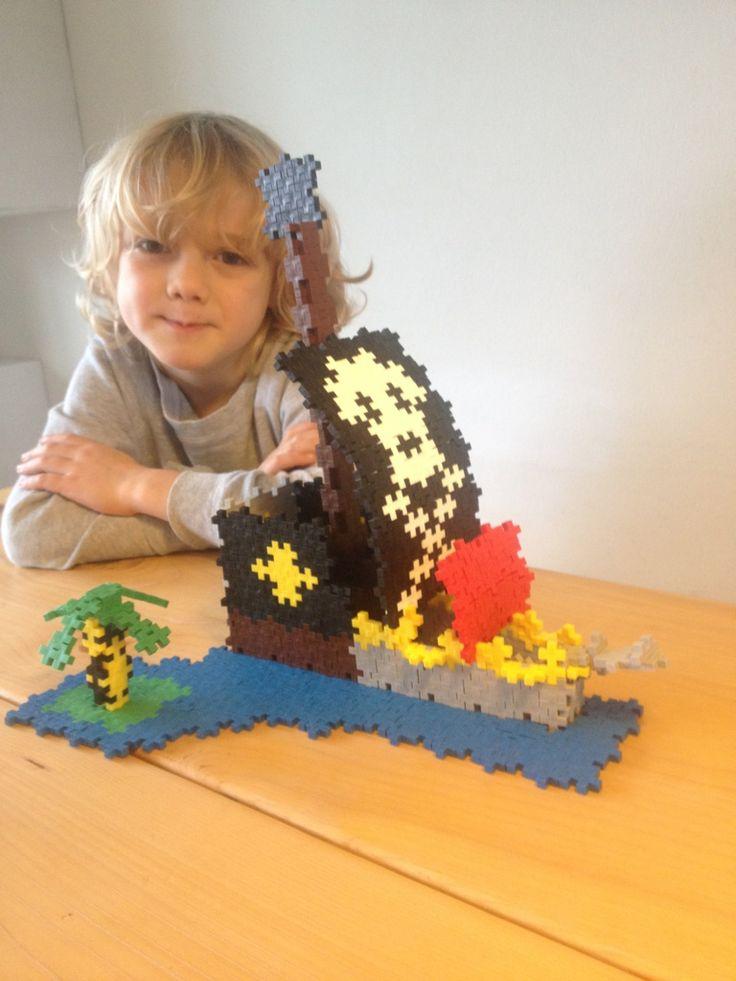 Saxe har bygget et flot piratskib ud af de sjove Plus-Plus brikker og hans mor har sendt os et billede. #PlusPlus brikkerne kan købes på Legebyen.dk