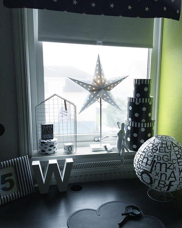 ★ Blev stjärnor i dom flesta fönster här hemma ,vilken skräll ★  #pojkrum#barnrumsinspo#barnrum#underbarabarnrum#finabarnsaker#inspoforkiddos#kidsperation#grafiskt#svartvitt#detaljer#jul#julen2015#julpynt#julinspiration#julstjärna#netto#panduro#jollyroom#jabadabado