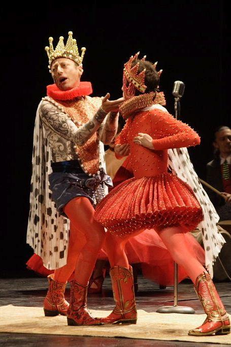 Hamlet de William Shakespeare. Escenografía e Iluminación: Alejandro Luna. Vestuario: Tolita y María Figueroa.