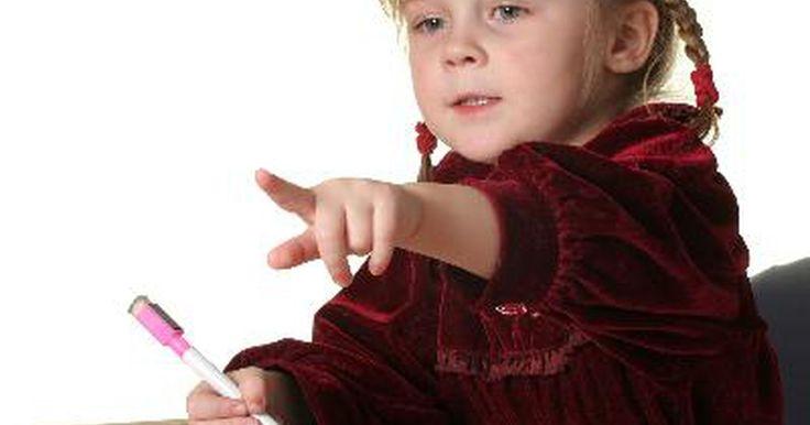 Juegos para enseñar Ingles a los niños. Hay varios juegos que los educadores y padres pueden utilizar para ayudar a los los niños que no hablan Inglés a aprender el idioma. En general, los niños aprenden rápido. Si están en un entorno en donde estén inmersos en el idioma Ingles, pueden aprender Inglés conversacional básico en unos pocos meses y lograr fluidez en menos de dos años. Ellos ...
