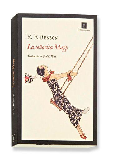 El escritor inglés Edward Frederick Benson alcanzó la fama con las seis novelas de la serie 'Mapp y Lucia', que comenzó a escribir en 1920. La señorita Mapp es la tercera que publica Impedimenta. Todas están ambientadas en los mismos escenarios eduardianos y protagonizadas por una burguesía que vive acomodada en sus costumbres. La protagonista es Elizabeth Mapp que, bajo una educación esmerada, esconde un cotilleo ácido que Benson describe con esa refinada ironía del humor inglés. - Álbumes…