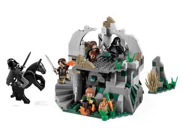 ATAC LA WEATHERTOP™ (9472) Pe cand se odihnesc la ruinele antice ale fortaretei Weathertop din Aragorn, Frodo si Merry sunt atacati pe neasteptate de Ringwraiths, slugile malefice ale lui Sauron ! Vor lua oare Ringwraiths Inelul nepretuit de la Frodo sau poate Aragorn sa-i opreasca la timp pe maleficii Ringwraiths ?