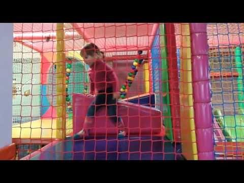Playroom for children: sala de juegos para los niños: Kinderspielzimmer http://cel-podrozy.pl/czarnogora/