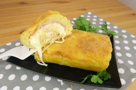 Il rotolo di patate è una ricetta facile e veloce, con cui sarete sicuri di accontentare tutti. Perfetto per una cena sfiziosa e saporita, è ottimo gustato sia freddo che caldo!  GLI INGREDIENTI 800g di patate lesse 1 cucchiaio di pangrattato 1 uovo 60g di parmigiano 30g di burro prezzemolo sale pepe  Per farcire: 200g di prosciutto cotto 200g di provola  LA PREPARAZIONE Lessate le patate, schiacciate e aggiungete l'uovo, il parmigiano, il sale, il pepe e il prezzemolo. Successivamente ag...
