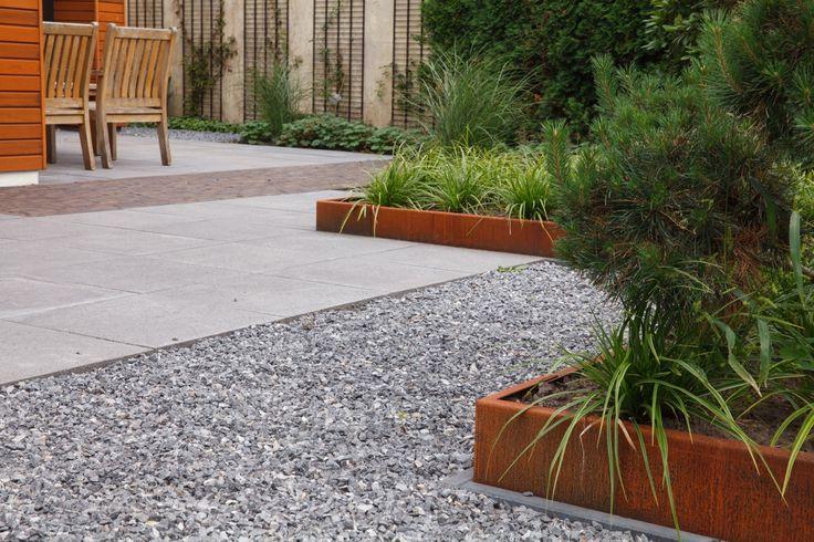 strakke tuin, modern, moderne tuin, gras, witte plantenbakken, hellendoorn, cortenstaal, ronde vormen