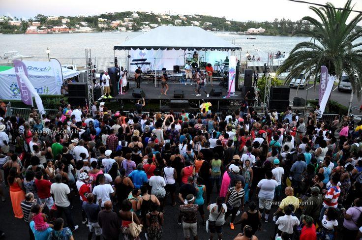 Hamilton e i party in Front Street, viaggi gay a Bermuda #gaytravel #viaggiaescopriBermuda #gotoBermuda http://www.viaggiaescopri.it/viaggi-gay-a-bermuda-consigli-per-luso/