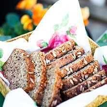 Ett lchf-bröd som påminner mycket om vanligt bröd och funkar fint att frysa. Näringsinnehåll beräknat per skiva.