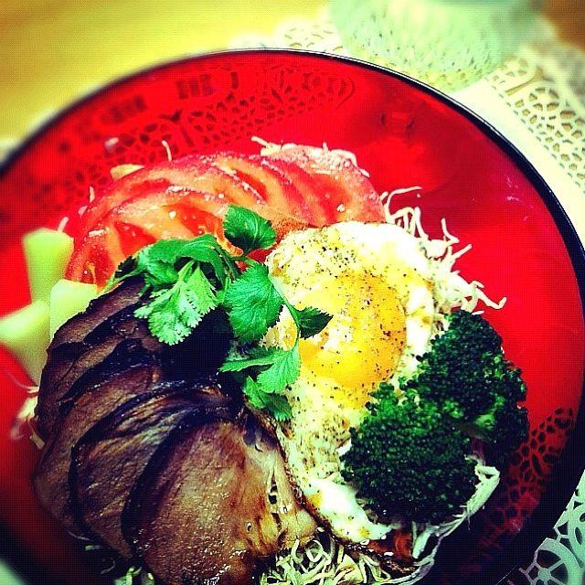 彩りきれいで美味しそう꒰ ૢ❛ั◡❛ั ॢ✩꒱ - 32件のもぐもぐ - 焼き豚サラダ丼 by tayuko