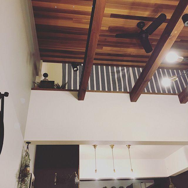 壁 天井 シーリングファン レッドシダー天井 吹き抜けリビング